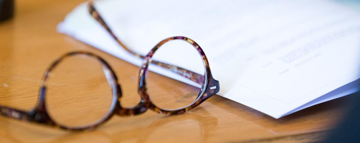 Visuel représentant des feuilles de cours et une paire de lunettes